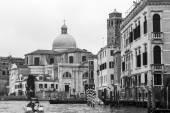 Venise, Italie - le 4 mai 2015. Paysage de la ville. Un complexe architectural des bâtiments sur la rive du Grand Canal (Canal Grande). Bateaux, près de la côte — Photo