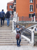 VENICE, ITALY - on MAY 4, 2015. The happy tourist photographs sights on the smartphone — Stock Photo