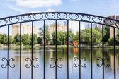 Pushkino, Ryssland - den 18 juni 2015. Ett rekreationsområde och hus nära sjön. Fokusera på ett dekorativa galler — Stockfoto
