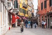 VENICE, ITALY - on APRIL 29, 2015. Pedestrians go on the narrow curve old street — Stock Photo