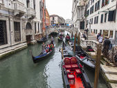 Venise, Italie - le 4 mai 2015. Promenade en gondole sur les canaux vénitiens - une des attractions touristiques plus connues de Venise. — Photo