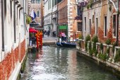 VENICE, ITALY - on MAY 4, 2015. The typical Venetian street canal and its reflection in water — Stock Photo