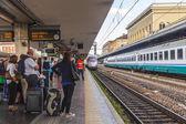 ボローニャ、イタリア、2015 年 5 月 2 日に。乗客は中央駅のプラットホームで列車の到着を期待します。 — ストック写真