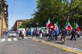Bologna, Italia, il 2 maggio 2015. Processione religiosa della domenica lungo la strada centrale — Foto Stock