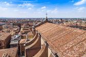 Bologne, Italie, le 2 mai 2015. La vue de dessus sur le rouge les toits de la vieille ville — Photo