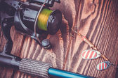 Rybářské potřeby na dřevěný stůl — Stock fotografie