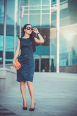 Pretty woman is walking in the city — Stock Photo