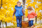 Children with basket in the autumn park — Foto Stock