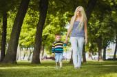 Mãe com o filho no parque — Foto Stock