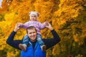 Happy father with a toddler in the autumn park — Foto Stock