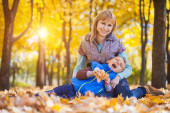 Mother and her kid have fun in the autumn park — Stock Photo