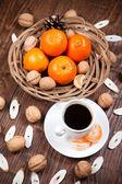 Tazza di caffè con mandarini e noci — Foto Stock
