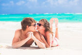 Happy young couple kissing on a tropical beach in Barbados — Stock fotografie