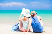 Back view of couple sitting at tropical beach — Stockfoto