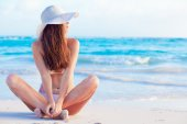 Long haired girl in bikini and hat on tropical caribbean beach — Stock Photo
