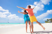 Couple wearing bright clothes on a tropical beach on Barbados — Stock Photo