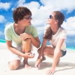 Mutlu genç çift sahilde gülümseyen ve güneşe bakarak güneş gözlüğü closeup — Stok fotoğraf #76632025