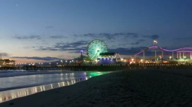 Santa Monica Pier Night with Zoom Out — ストックビデオ