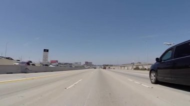 Low Flying Airplane above the San Diego 405 Freeway near LAX — Stock Video