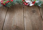 Holly listy a plody na dřevěné pozadí — Stock fotografie
