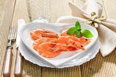 Свежие креветки на блюде — Стоковое фото
