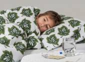 Portrait of sick little boy  in  bed — Zdjęcie stockowe