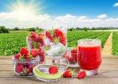 Smoothie aux fraises avec petits fruits frais dans la fraiseraie b — Photo
