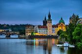 Visão noturna no Rio vltava, a Ponte Carlos e a torre em Praga, República Checa — Fotografia Stock