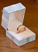 Wedding rings in a gift box — Stock Photo
