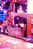 Barman, takže koktejl — Stock fotografie