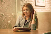 Young woman reading a digital tablet — Stock fotografie