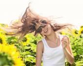 Flicka i solrosor — Stockfoto
