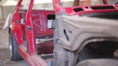 Side view of red old rusty car — Vídeo stock