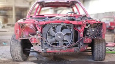 Вид спереди красные старый ржавый автомобиль — Стоковое видео