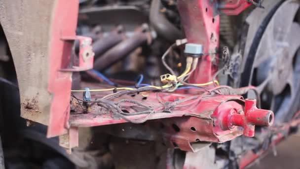 Vista lateral de rojo oxidado de coches viejo — Vídeo de stock