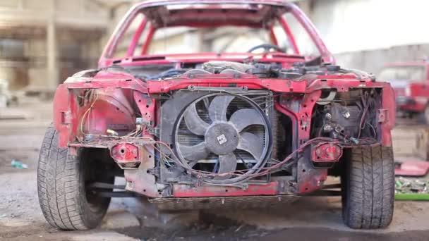 Vista frontal de rojo oxidado de coches viejo — Vídeo de stock