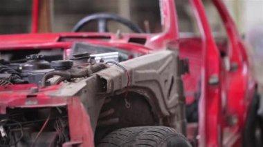 Вид сбоку красный старый ржавый автомобиль — Стоковое видео