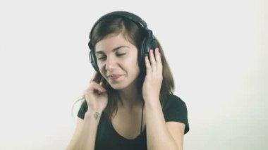 Attraktiv ung kvinna lyssna på musik i hörlurar — Stockvideo