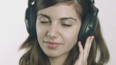 Attractive young woman listening to music on headphones — Stock Video