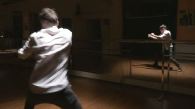 Breakdance - Young break dancer showing his freestyle choreography — Stock Video