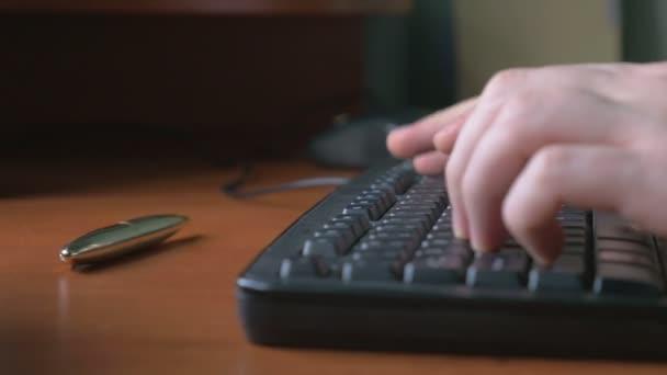 Primer plano de un hombre joven las manos escribiendo en un teclado de ordenador portátil — Vídeo de stock