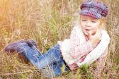 Портрет жизнерадостная маленькая девочка — Стоковое фото