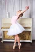 Jovem e bela dançarina posando no estúdio de dança — Fotografia Stock