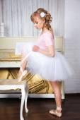 балерина, связывая пуанты — Стоковое фото