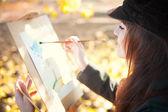 Портрет молодой красивой женщины с кистью в руке — Стоковое фото
