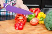 Voorbereiding voedsel koken, snij de paprika's in plakjes — Stockfoto