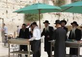 Orthodox jews pray at the Western Wall in Jerusalem — Stock Photo