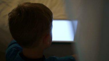 男孩用平板电脑 — 图库视频影像