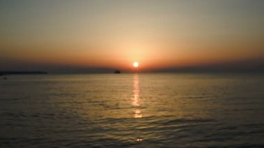 Puesta de sol sobre el mar en el corazón de las manos — Vídeo de Stock