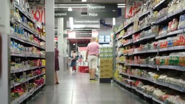 Customers with shopping baskets in supermarket — Stock Video